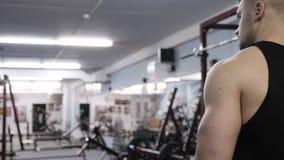 Bodybuilder iść gym zwolnionego tempa wideo zbiory wideo