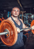 Bodybuilder im Trainingsraum Stockbild