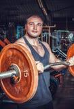 Bodybuilder im Trainingsraum Stockbild