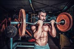 Bodybuilder im Trainingsraum Stockbilder