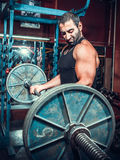 Bodybuilder im Trainingsraum Stockfoto