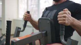 Bodybuilder im Trainingsraum stock footage