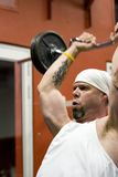 Bodybuilder lifting weights Royalty Free Stock Photos