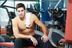 Bodybuilder mężczyzna po mięśnia ćwiczy w gym Obrazy Stock
