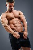 Bodybuilder mężczyzna pokazuje jego abs Obraz Royalty Free
