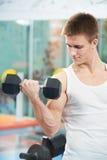 Bodybuilder mężczyzna robi bicepsa mięśnia ćwiczeniom Zdjęcia Royalty Free