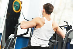 Bodybuilder man doing exercises in fitness club Royalty Free Stock Photos