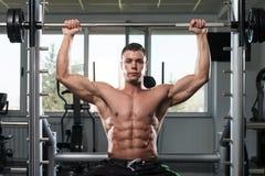 Bodybuilder masculin faisant l'exercice lourd pour des épaules Photos libres de droits