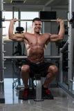 Bodybuilder masculin faisant l'exercice lourd pour des épaules Images stock