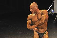 Bodybuilder masculin faisant un coffre poser Photos libres de droits