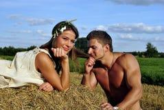 Bodybuilder met een meisje in het platteland Stock Afbeelding