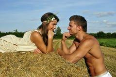 Bodybuilder met een meisje in het platteland Stock Foto's