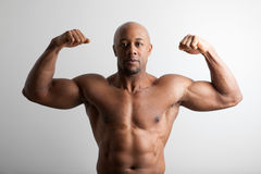 Bodybuilder met Gekruiste Wapens Stock Fotografie