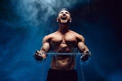 Bodybuilder met ketting Stock Afbeeldingen