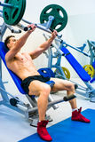 Bodybuilder met simulator Royalty-vrije Stock Fotografie