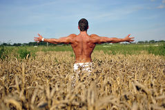 Bodybuilder met wapens brede open Royalty-vrije Stock Afbeelding