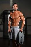 Bodybuilder mienia ciężary W ręce Zdjęcia Royalty Free