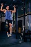 Bodybuilder mit dem verletzten Bein, das Zug tut, ups Stockfotos