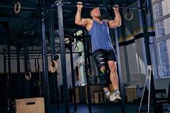 Bodybuilder mit dem verletzten Bein, das Zug tut, ups Lizenzfreies Stockbild