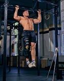 Bodybuilder mit dem verletzten Bein, das Zug tut, ups Lizenzfreies Stockfoto