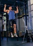 Bodybuilder mit dem verletzten Bein, das Zug tut, ups Lizenzfreie Stockbilder