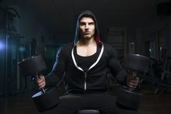 Bodybuilder mit Dummkopf Stockfotografie