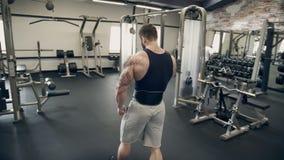 Bodybuilder mit einem Bart geht und entspannt sich nach Übung in der Turnhalle stock footage
