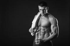 Bodybuilder mit einem Tuch Lizenzfreie Stockfotos
