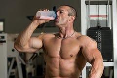 Bodybuilder mit Protein-Schüttel-Apparat lizenzfreies stockfoto