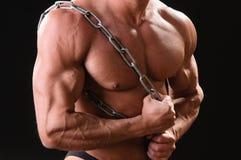 Bodybuilder musculaire avec la chaîne Photos libres de droits