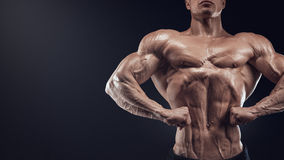 Bodybuilder musculaire beau posant sur Front Lat Spread Images stock
