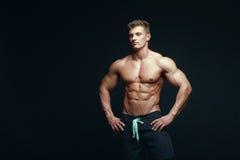 Bodybuilder musculaire beau sérieux Photo libre de droits