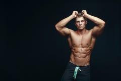 Bodybuilder musculaire beau sérieux Images libres de droits