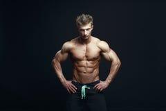 Bodybuilder musculaire beau sérieux Image libre de droits