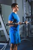 Bodybuilder musculaire d'athlète dans la formation de gymnase avec la barre photo libre de droits
