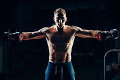 Bodybuilder musculaire d'athlète s'exerçant de retour avec Photographie stock