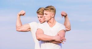Bodybuilder musculaire fort d'athl?te d'hommes posant avec confiance dans des chemises blanches Mode de vie de sport et corps sai images stock