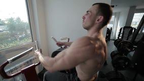 Bodybuilder na symulancie podnosi ciężary zbiory