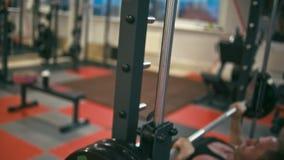Bodybuilder no gym video estoque