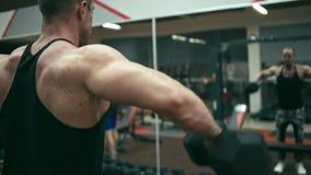 Bodybuilder no gym vídeos de arquivo
