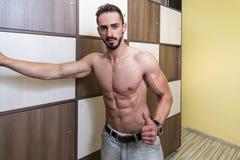 Bodybuilder odmienianie Odziewa w Gym szatni fotografia stock