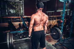 Bodybuilder in opleidingsruimte Stock Afbeelding