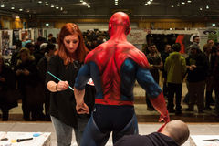 Bodybuilder pendant une session de peinture de corps à la convention de tatouage de Milan Photo libre de droits