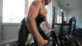 Bodybuilder pociągi w gym zdjęcie wideo