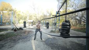 Bodybuilder pociągi z arkanami zdjęcie wideo