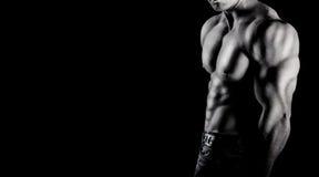 Bodybuilder pokazuje jego mięśnie zdjęcie royalty free