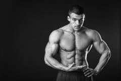 Bodybuilder pokazuje jego prasowego Obrazy Stock