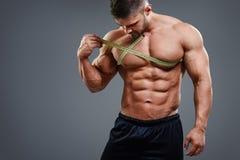 Bodybuilder pomiarowa klatka piersiowa z taśmy miarą Zdjęcie Royalty Free