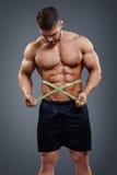 Bodybuilder pomiarowa talia z taśmy miarą Zdjęcia Royalty Free