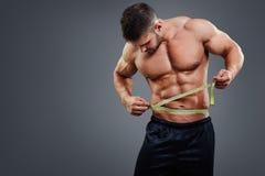 Bodybuilder pomiarowa talia z taśmy miarą Obraz Royalty Free